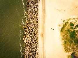 Malecón báltico barricada de la costa en la costa de Lituania foto