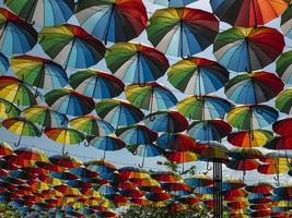 sombrillas de colores en el exterior como decoración. foto