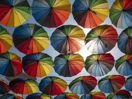 sombrillas de colores en el exterior como decoración. paraguas de diferentes colores. foto