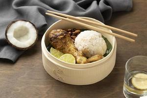 composición de comida tradicional nasi lemak foto