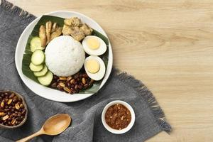 arreglo de comida tradicional nasi lemak foto