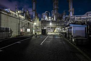 fábrica de contaminación ambiental noche exterior foto