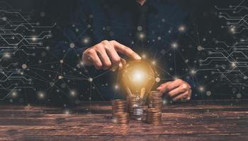 concepto, idea, bombilla de luz crecimiento empresarial monedas apiladas ilustración foto
