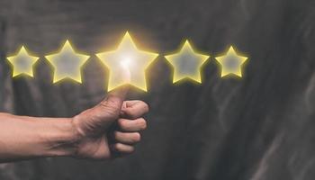 los clientes califican el servicio con una ilustración de calificación de cinco estrellas foto
