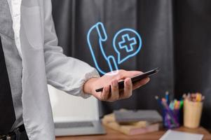 doctor mostrando signos punto medico foto
