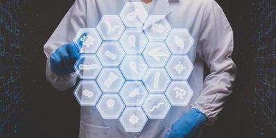 Doctor tocando microorganismo electrónico pantalla virtual moderna foto