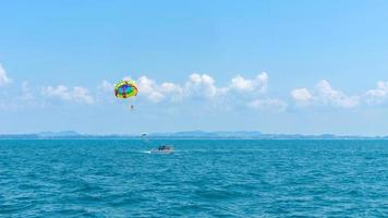 vacaciones de verano felicidad turística alegre con parasailing foto