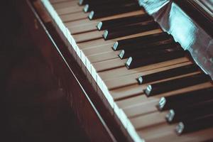 Cerrar viejo teclado de piano foto