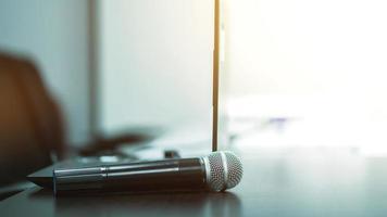 micrófono en la mesa en la sala de reuniones. concepto de entrenamiento foto