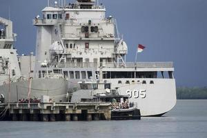 acorazado en el muelle naval foto