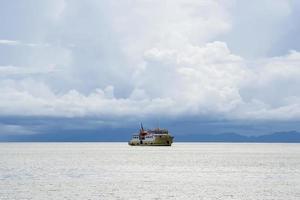 barco de pasajeros en el mar foto
