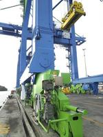 Una grúa de muelle gigante en la plataforma del puerto. foto