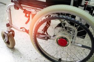 Silla de ruedas eléctrica para ancianos discapacitados foto
