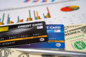 tarjeta de crédito en papel cuadriculado. foto