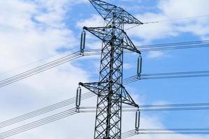 Poste eléctrico de alta tensión con electricidad de línea eléctrica foto