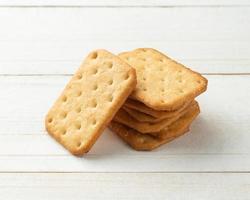 Galletas de galleta en el fondo de la mesa de madera blanca foto