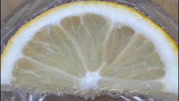 eau minérale en verre verre et tranche de citron video