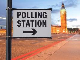 Signo de la estación de votación en Londres foto