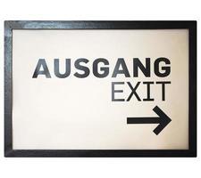signo alemán aislado sobre blanco. salida de ausgang foto