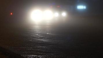 route brumeuse la nuit avec des feux de voiture video
