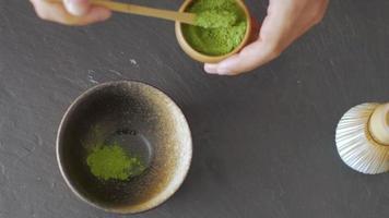 close-up van het maken van matcha-thee video