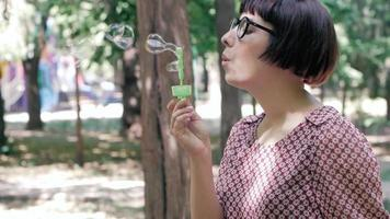 Frau bläst Seifenblasen video