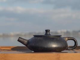 Olla de barro yixing de color negro después de la cocción al aire libre. foto