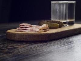 dos vasos empañados con vodka frío foto