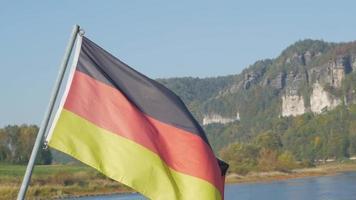 bandera alemana en las montañas video