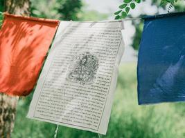 banderas de oración con mantra al aire libre. banderas tibetanas de lungta foto