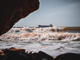 olas del mar en la orilla de un gran buque cisterna. fondo de pantalla. alta calidad foto