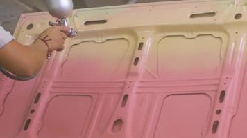 processo de pintura de carro na oficina, trabalhador na máscara video