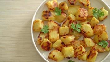 patatas asadas en un plato blanco video