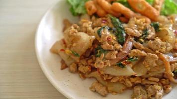 rör stekt risnudlar med hackad kyckling med basilika video