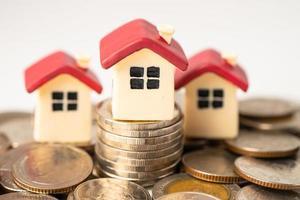 Casa en monedas de pila, concepto de financiación de préstamos hipotecarios hipotecarios. foto
