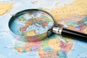 Europa, lupa de cerca con colorido mapa del mundo foto