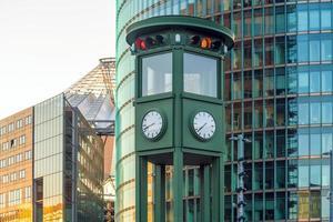 El famoso reloj de época en la plaza potsdamer platz en Berlín. foto