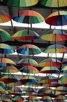 paraguas de colores colgando en el pasillo foto