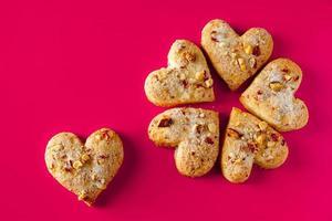 Galletas en forma de corazón para el día de San Valentín sobre fondo rosa foto