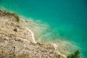 hermoso paisaje: un lago de montaña con agua turquesa inusual foto