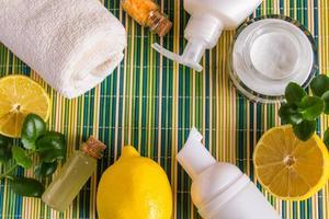 Cosmética ecológica con aceite de limón. productos para tratamientos de spa foto