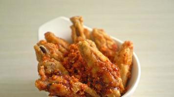Alitas de pollo asado frito en un tazón video