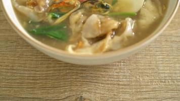 risnudlar med skaldjur i sås video