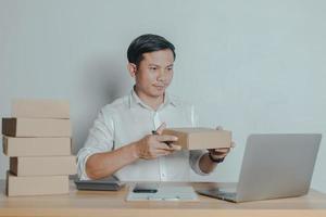 hombre vendiendo en línea en casa ideas de pequeñas empresas foto
