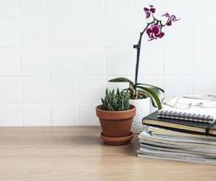 mesa de escritorio de oficina con cuadernos foto