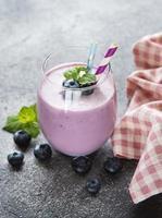 vaso de yogur de arándanos con arándanos foto