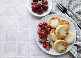 Tortitas de requesón, buñuelos de ricotta en placa de cerámica foto