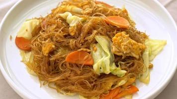 rör stekt vermicelli med kål, morot och ägg - vegetarisk mat video