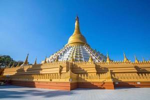 Pagoda Mahazadi con cielo azul en bago foto