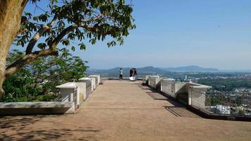 Time-lapse a sonné la colline avec vue sur la ville de phuket à phuket en thaïlande video